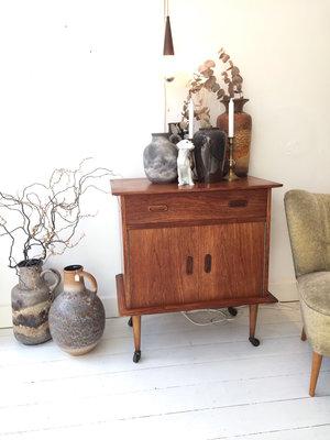Vintage dressoir kastje op wieltjes