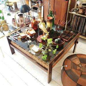 Vierkante rookglazen salontafel wengé hout rotan | Sprinkel + Hop